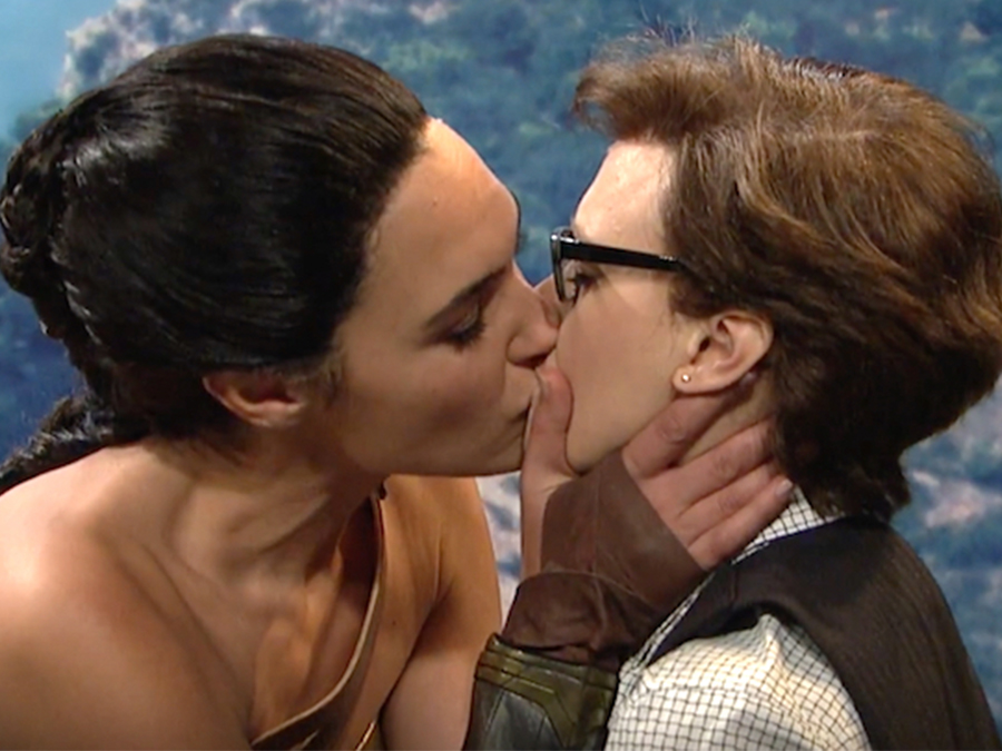 gal-gadot-kate-mckinnon-kiss-snl-wonder-woman-skit