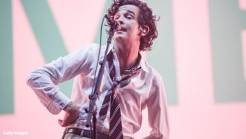 the-1975-matty-healy-kisses-male-fan-dubai-v2.jpg